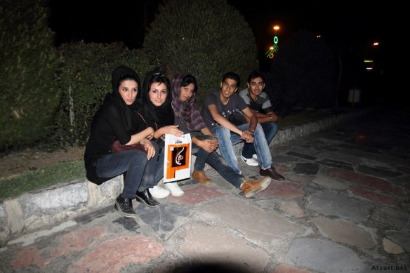Iran-gruppo-ragazzi-Esfahan